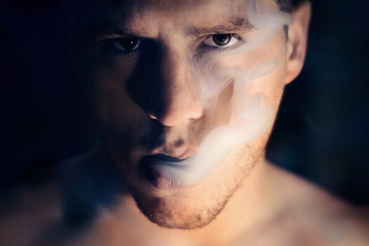Hombre con humo en la boca